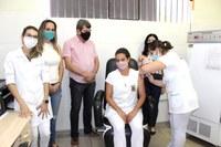 Técnica de enfermagem recebe primeira vacina contra Covid-19 em Ariranha e comemora: 'é muita emoção'